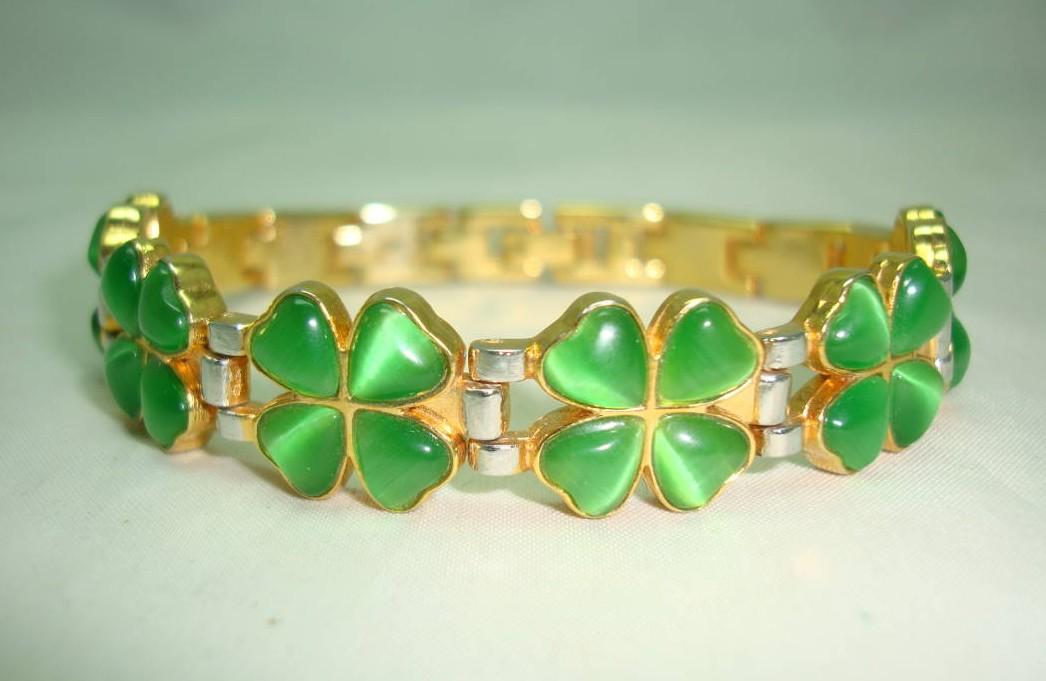 £28.00 -  Green Glass Four Leaf Clover Goldtone and Silvertone Link Bracelet